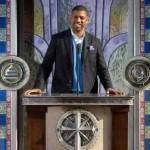 Dans son allocution de bienvenue, le maire Kevin Johnson a accueilli et remercié l'Église pour avoir montré son engagement envers la ville