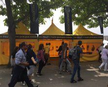Parisiens et touristes découvrent les outils de la Scientologie pour résoudre les problèmes de la vie