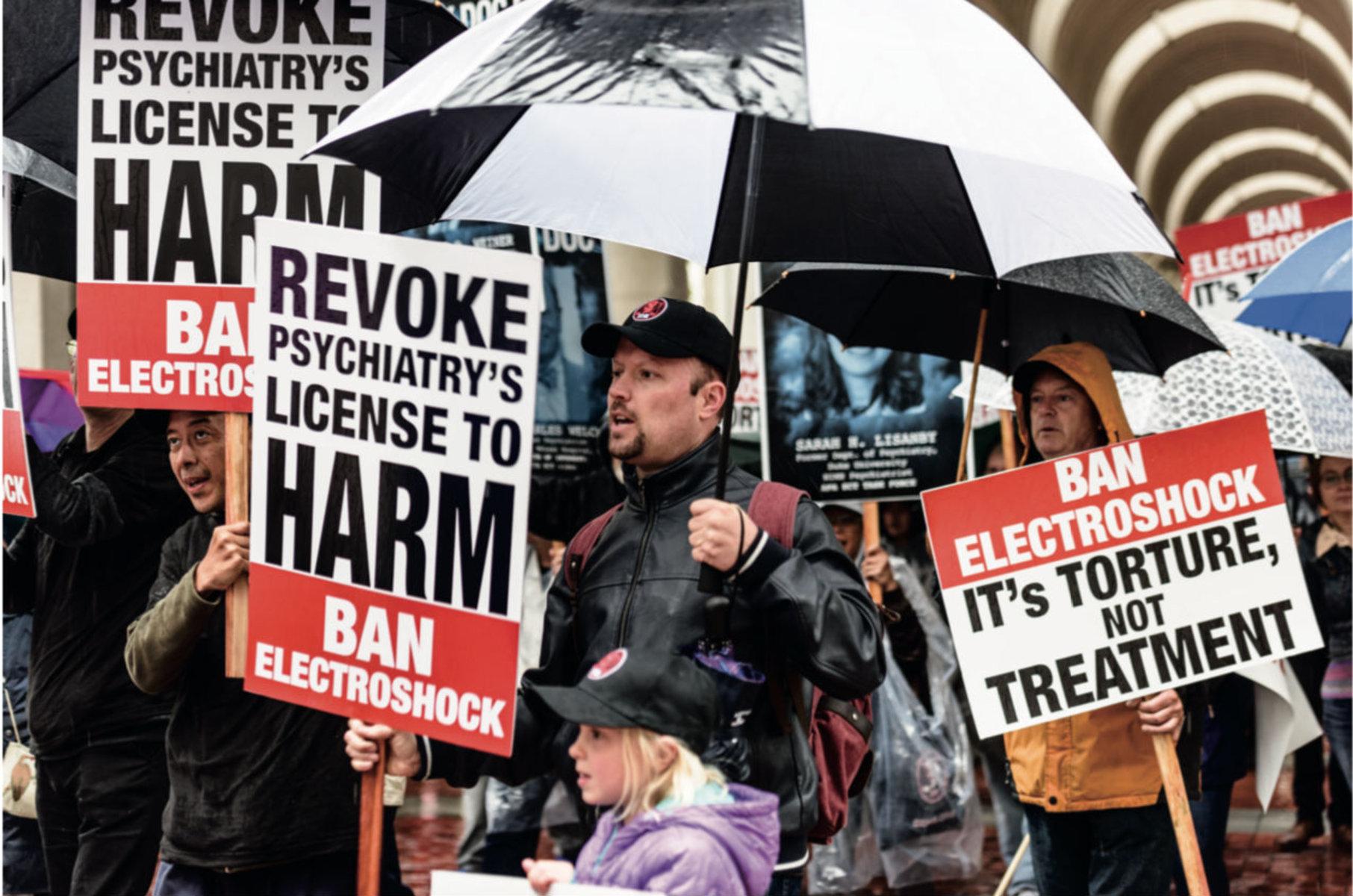 Des manifestants en colère exigent l'arrêt immédiat des électrochocs