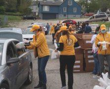Les bénévoles apportent de la nourriture pour les familles dans le besoin