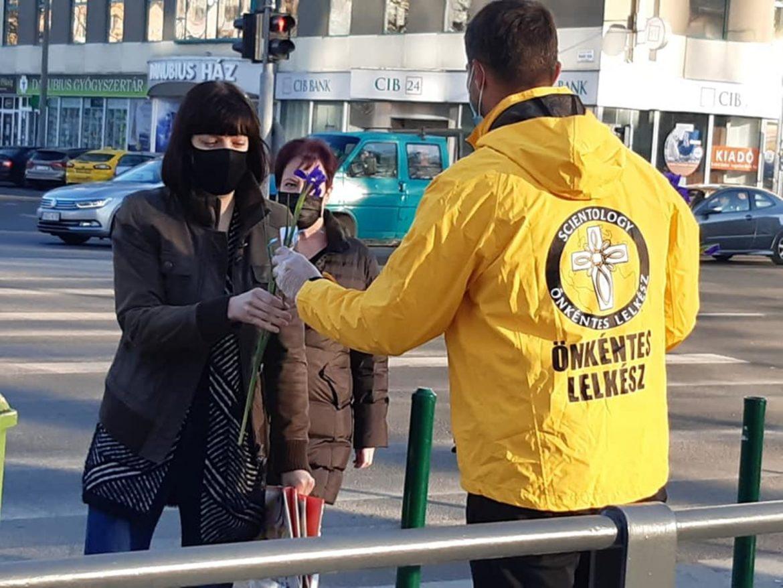 Des scientologues offrent des fleurs dans la rue