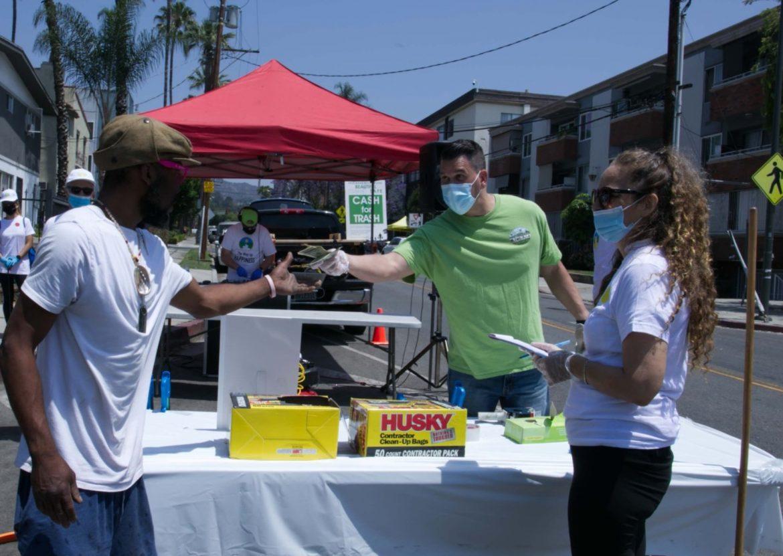 Les scientologues démarrent l'été en beauté en organisant un nettoyage des rues d'Hollywood