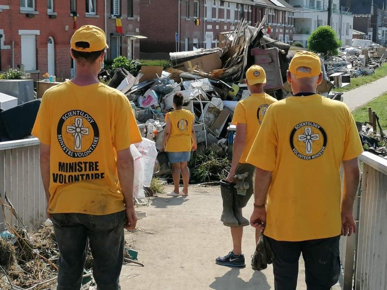 Des bénévoles scientologues aident à déblayer les dégâts d'une inondation dévastatrice